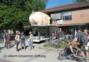 Grunzmobil auf dem Campus (c) Albert-Schweitzer-Stiftung